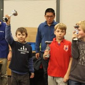 Samuel (links) wint een beker!