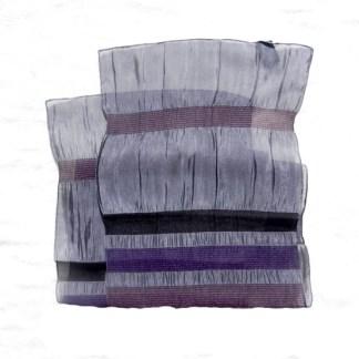 Polyester Schal in violett mit Falten und Knitterlook