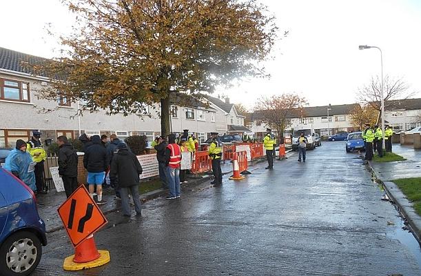 Polizist und Demonstranten stehen in Konfrontation um eine Baustelle von GMC Sierra in einer typischen Dubliner Reihenhaussiedlung - Foto: © 2015 by Baldoyle Anti Water Meter Taskforce