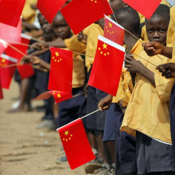bambini africani con bandiere cinesi