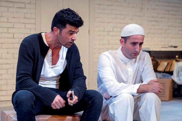 נשארנו לבד - 'כבוד אבוד'. בתמונה: ערן מור ועמוס תמם (צילום: ג'ראר אלון)
