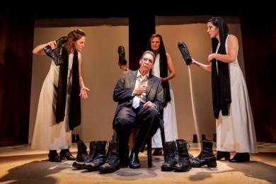 סצנה מההצגה 'עשר דקות מהבית' בתיאטרון הבימה (צילום: ג'ראר אלון)