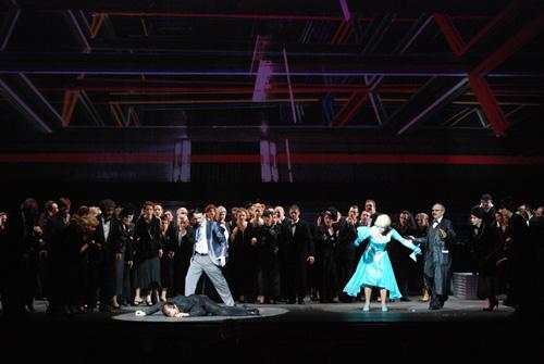 """הופמן נופל בסצנת הריקוד עם אולימפיה, תמונה מההפקה בוורשה (צילום: יח""""צ)"""