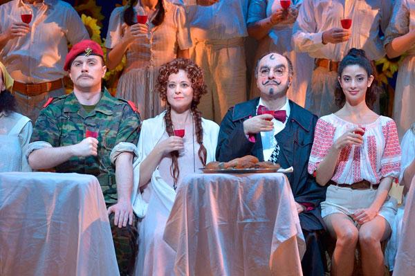 ג'נטה (ענת צ'רני), דולקמרה (ברונו דה סימונה), אדינה (הילה בג'יו), בלקורה (אנדרי בונדרנקו) - במסיבת האירוסין (צילום: יוסי צבקר)