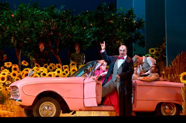 דולקמרה (ברונו דה סימונה) ופמלייתו במכונית הוורודה (צילום: יוסי צבקר)