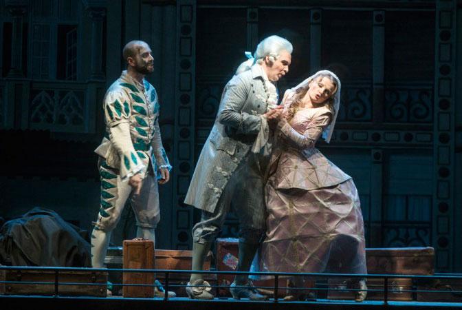 האוהבים נפגשים על גג הקרון - מערכה II (צילום Marcus Liberenz 2013 - מתוך הפקת האופרה הגרמנית בברלין)