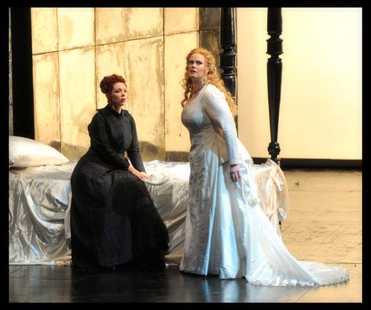ג'סיקה פראט (לוצ'יה) ואיילה צימבלר (אליסה) - תמונה שנייה במערכה ראשונה (צילום: יוסי צבקר)