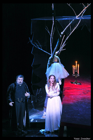 ריגולטו מראה לג'ילדה את הדוכס הבוגדני- מערכה שלישית (צילום: יוסי צבקר)