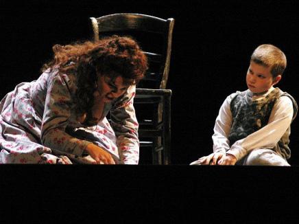 הילד ומארי שקוראת על מריה מגדלנה - מערכה שלישית, סצנה ראשונה (צילום: גדי דגון)
