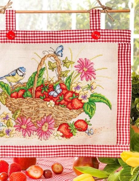 motivo da ricamare a punto croce- schema cross stitch cesto con le fragole e cinciarella