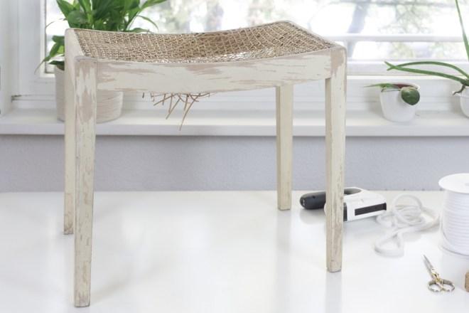 upcycling m bel so l sst sich ein hocker aufarbeiten schereleimpapier. Black Bedroom Furniture Sets. Home Design Ideas