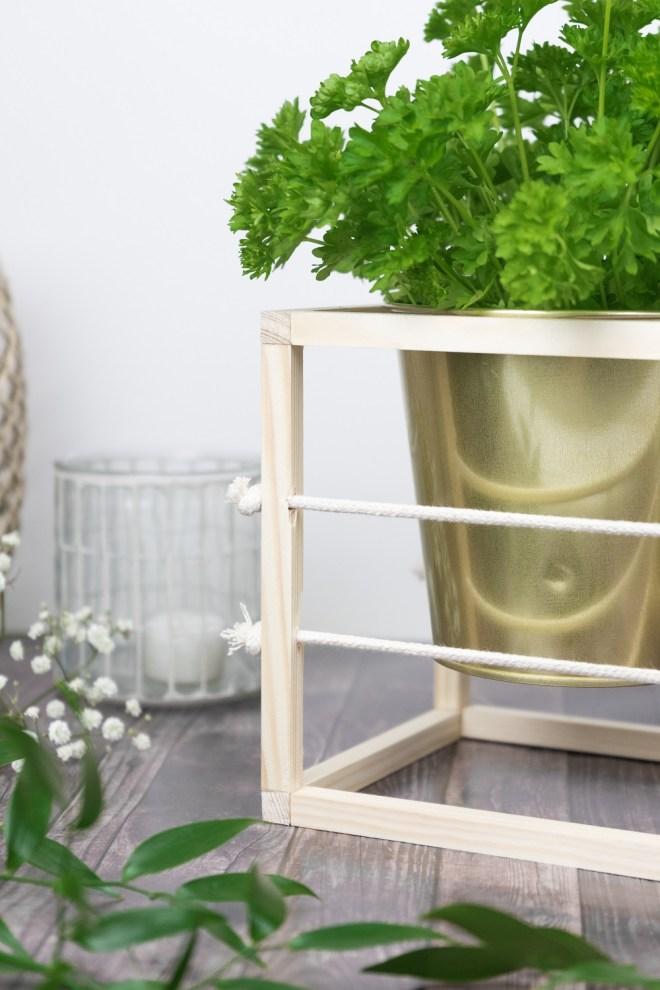 hallo balkonien diy kr utergarten anlegen mit holz seil. Black Bedroom Furniture Sets. Home Design Ideas