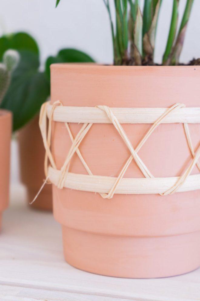 Blumentöpfe gestalten Idee mit Keramik Ton und Rattan Bast - schereleimpapier DIY und Upcycling Blog aus Berlin - kreative Tutorials für DIY Geschenke, DIY Möbel und DIY Deko zum Basteln