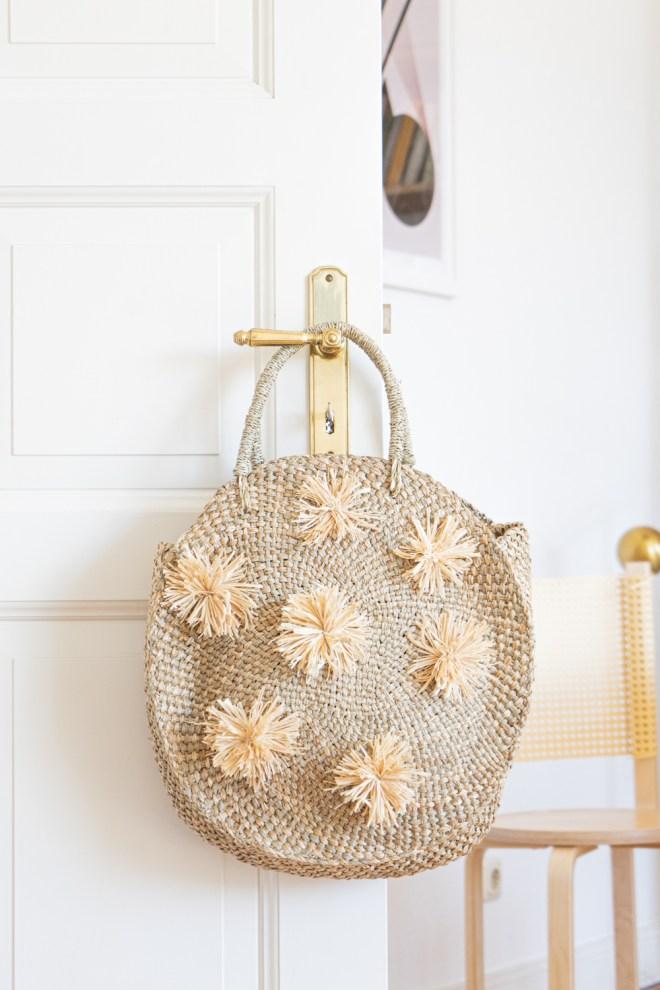 DIY Bali Tasche mit Pompons basteln schereleimpapier DIY und Upcycling Blog aus Berlin - kreative Tutorials für DIY Geschenke, DIY Möbel und DIY Deko zum Basteln