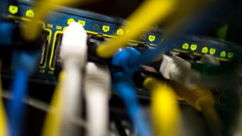 ARCHIV - Netzwerkkabel stecken am 16.10.2015 in einem Serverraum in M¸nchen (Bayern) in einem Switch. Foto: Matthias Balk/dpa (zu dpa ´Warten auf den Anschluss - Viele Firmen k‰mpfen mit Breitband-L¸ckenª vom 02.01.2016) +++(c) dpa - Bildfunk+++