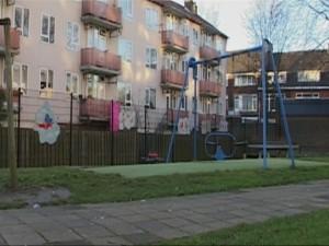 De speelplek aan de Dieselstraat in Schiedam-Oost. Aan het hek op de achtergrond enkele van de beschilderde wolken.