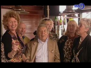 Het Rotterdamse zangkoor De Krijsende Krengen hier te zien op een archieffoto met wijlen Johny Hoes.
