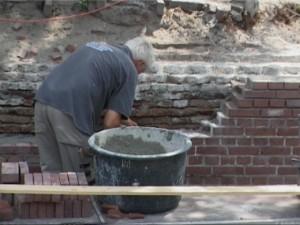 De restauratiewerkzaamheden aan de Beurssluis gaan ook in de zomermaanden door.  Woensdagmiddag werd hard gewerkt aan het herstel van de metselwerkwanden. Medio november moet de Beurssluis in oude glorie zijn hersteld.