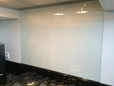 Glas plaatsen keukenwand