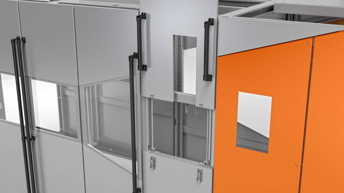 Lineare Streckblasmaschine - Detailansicht vom Service Fenster für die Entnahme von Produktproben.