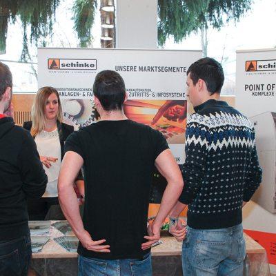 Firmenpräsentationstag auf der Litec - Frau Übermasser im Gespräch mit Besuchern.
