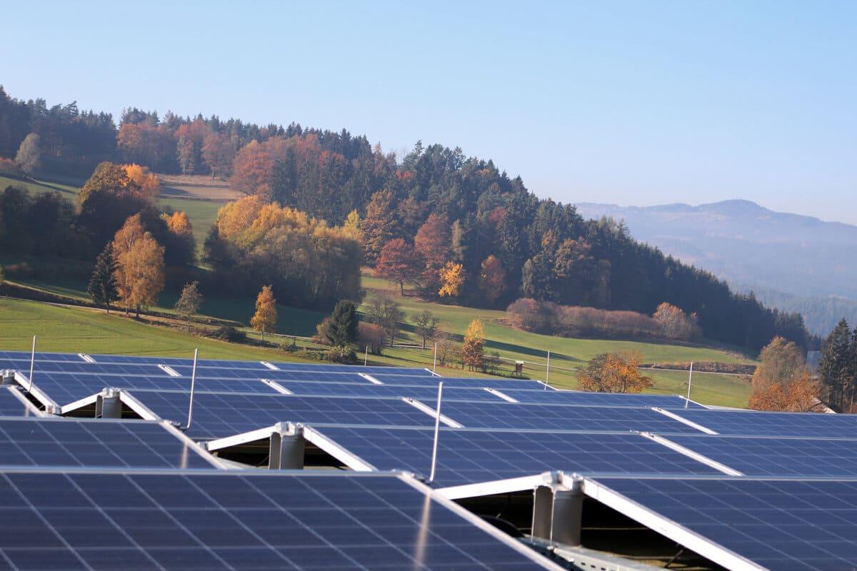 Photovoltaikanlage auf dem Dach von Schinko Gebäude. - Photovoltaikanlage auf dem Dach von Schinko GmbH. mit  Aussicht auf unberührte Hersbstlandschaft.