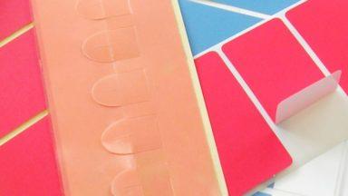 Mehrere Spezialetiketten in verschiedenen Farben mit leicht ablösbaren Abziehhilfen für industrielle Anwendungsbereiche