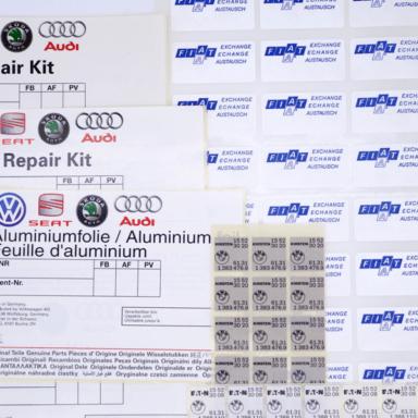Verschiedene Automotive-Etiketten und VDA-Etiketten in mehreren Reihen