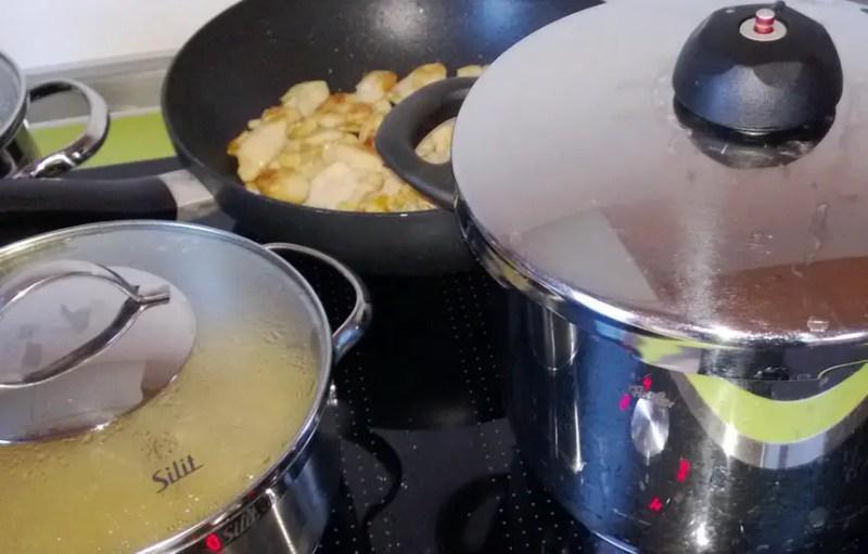 Fissler-Schnellkochtopf, Silit-Kochtopf, Tefal-Pfanne auf einem NEFF-Induktionsherd