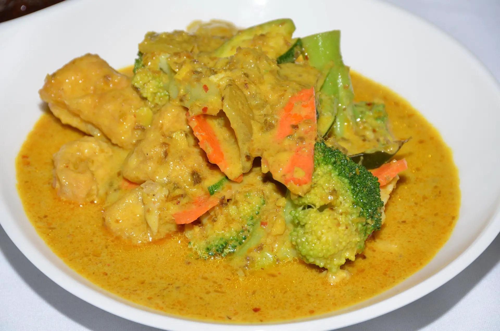 Hackfleischbällchen in Karotten-Curry