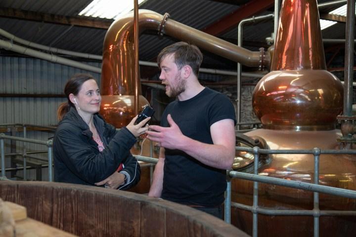 Chef Distiller Michael Walsh erklärt Fee die Funktion der Holzfässer.