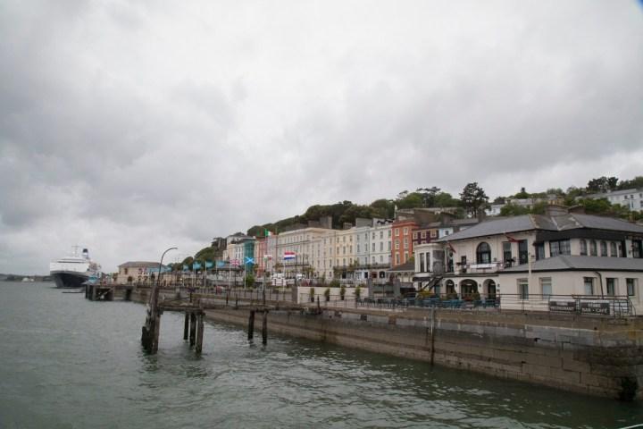 Der Heartbreak Pier mit der Titanic Experience Cobh im Hintergrund