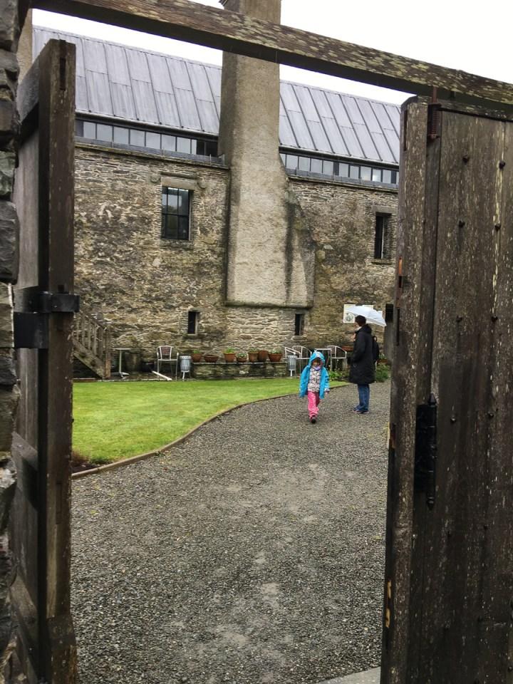 Vor den Toren von Schloss Baltimore