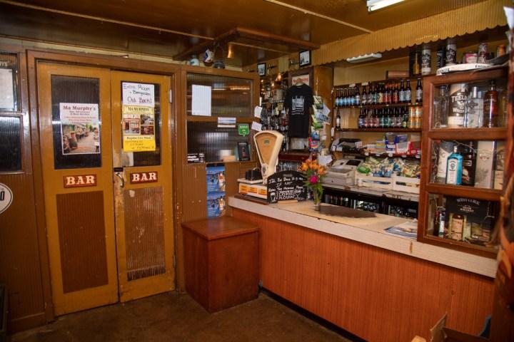 Der Laden des Pubs. Hinter der Tür beginnt die Bar.