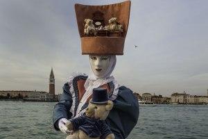 Die Karnevalsteilnehmer geben sich sehr viel Mühe mit ihren Kostümen. Hier mit einer ganzen Bärenstube auf dem Hut.