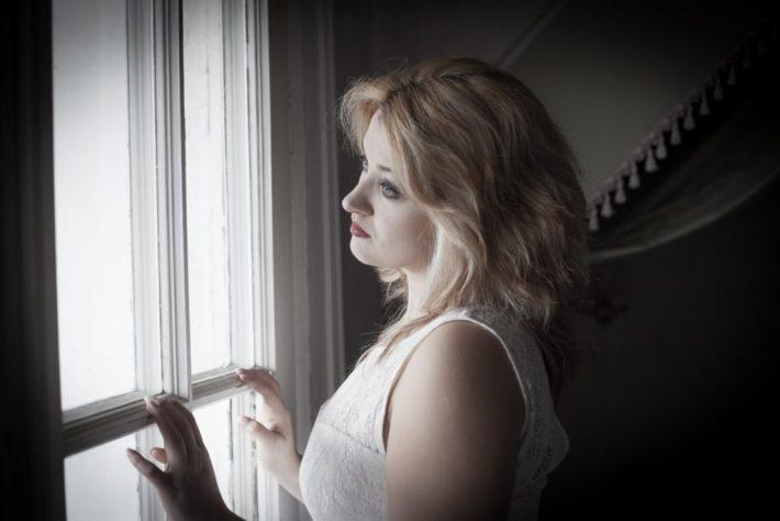 Adeles Blick schweifen gedankenversunken über die Baumwipfeln: Model Cory beim Portait-Workshop im Lost Place Waldlust