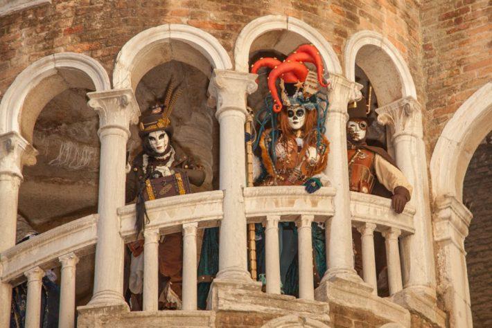 Steampunks auf der Treppe des Palazzo Bovolo.