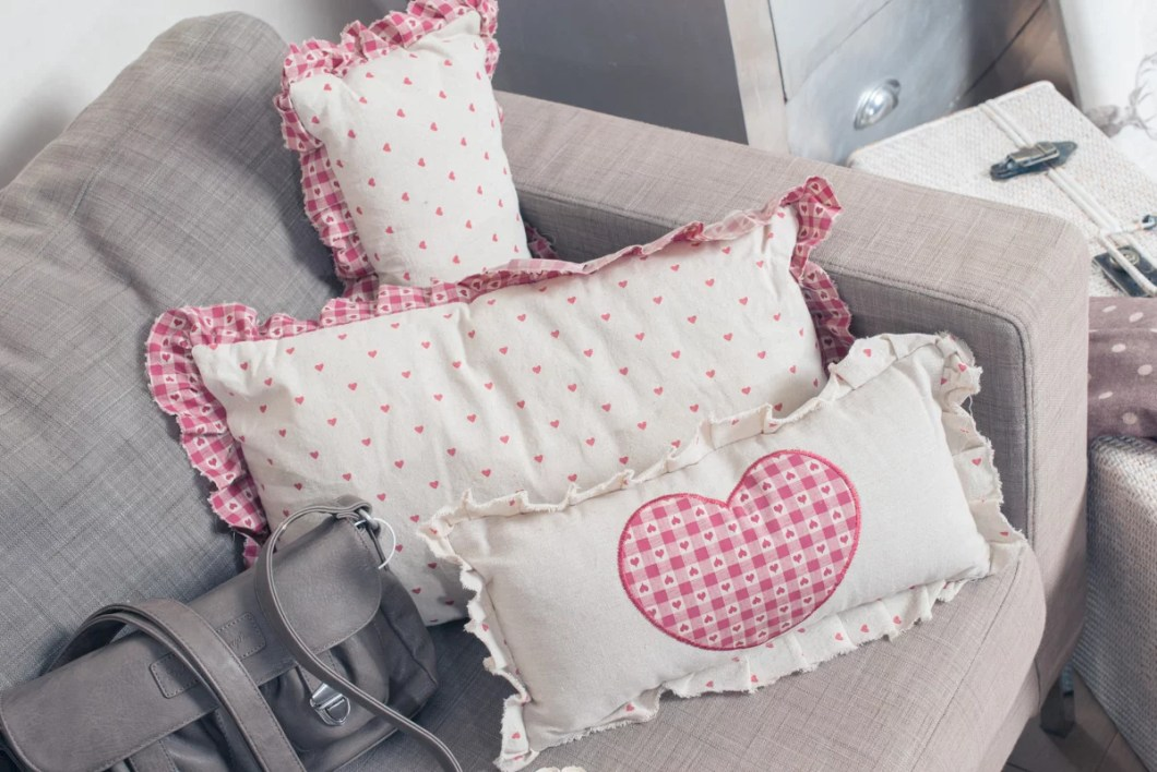 Die Baumwollkissen im hübschen Kerzen und Karo-Look sorgen für Farbe auf dem grauen Sofa und laden zum Kuscheln oder Faulenzen ein.