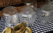 Marmeladen Schraubgläser gefüllt