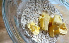 Butter zerkleinern für die Streusel