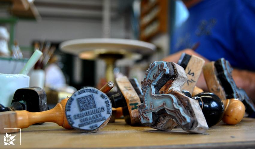 Stempel in der Produktion von Gmundner Keramik
