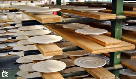 Regal mit Tellern