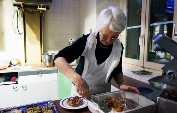Café Vollpension Wien - Sie backen und bedienen die Gäste: die netten Seniorinnen