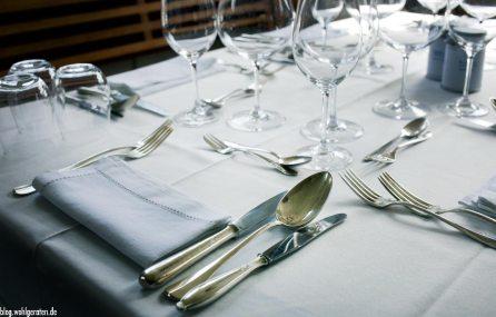 Gedeckter Tisch vor einer Kochrunde