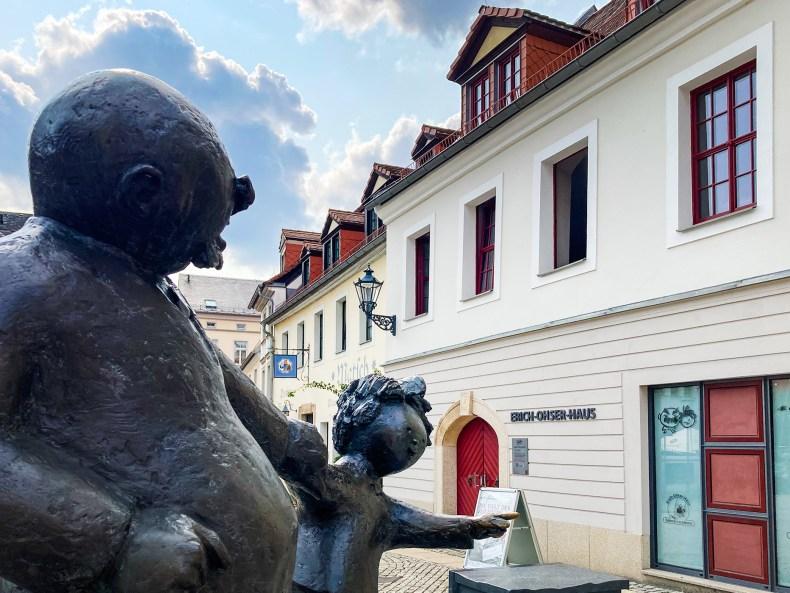 Vater und Sohn Skulptur vor dem Erich Ohser Haus in Plauen