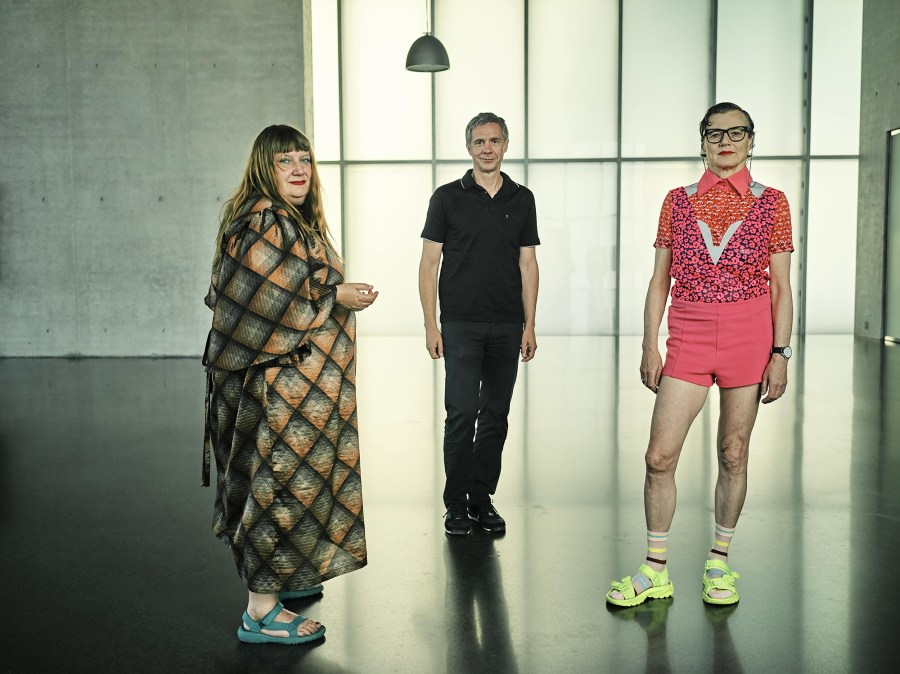 Jakob Lena Knebl & Ashley Hans Scheirl mit Thomas D. Trummer im Kunsthaus Bregenz, 2020 Foto: Miro Kuzmanovic © Kunsthaus Bregenz