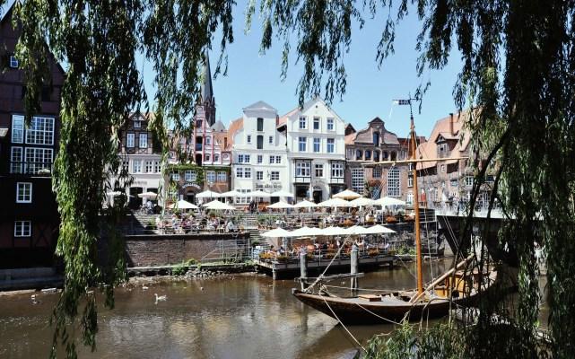 Am Stint in Lüneburg sitzt man im Sommer herrlich am Wasser – Foto: Lüneburg Marketing GmbH Mathias Schneider