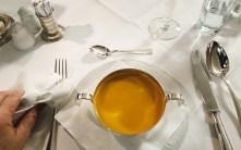 Abendessen auf blankem Hotelsilber