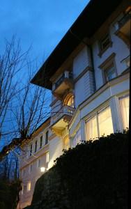 Villa Excelsior am Abend