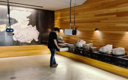 Ausstellungsraum - In den Schubkästen lagern Exponate, durch die Ferngläser sieht man Berge